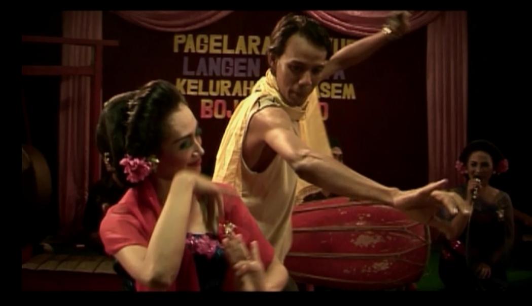 Adegan ketika Tantri sedang menari bersama seorang lelaki pada menit ke 18.45