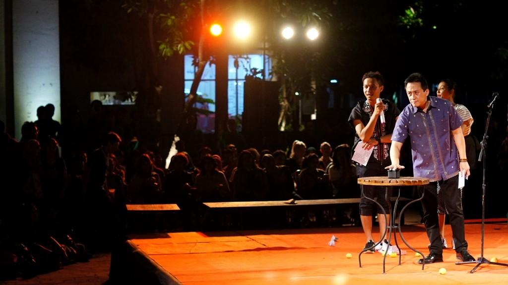 """Kamis (6/6), Art Jog 8, yang mengusung tema """"Infinity In Flux"""" dibuka secara simbolis oleh Triawan Munaf, Kepala Badan Ekonomi Kreatif Indonesia. Selain sambutan pada pembukaan, acara yang akan berlangsung hingga 28 Juni nanti ini juga turut dimeriahkan oleh performance art, fashion show, dan micro-gig oleh DJ. ©Dwiki.bal"""